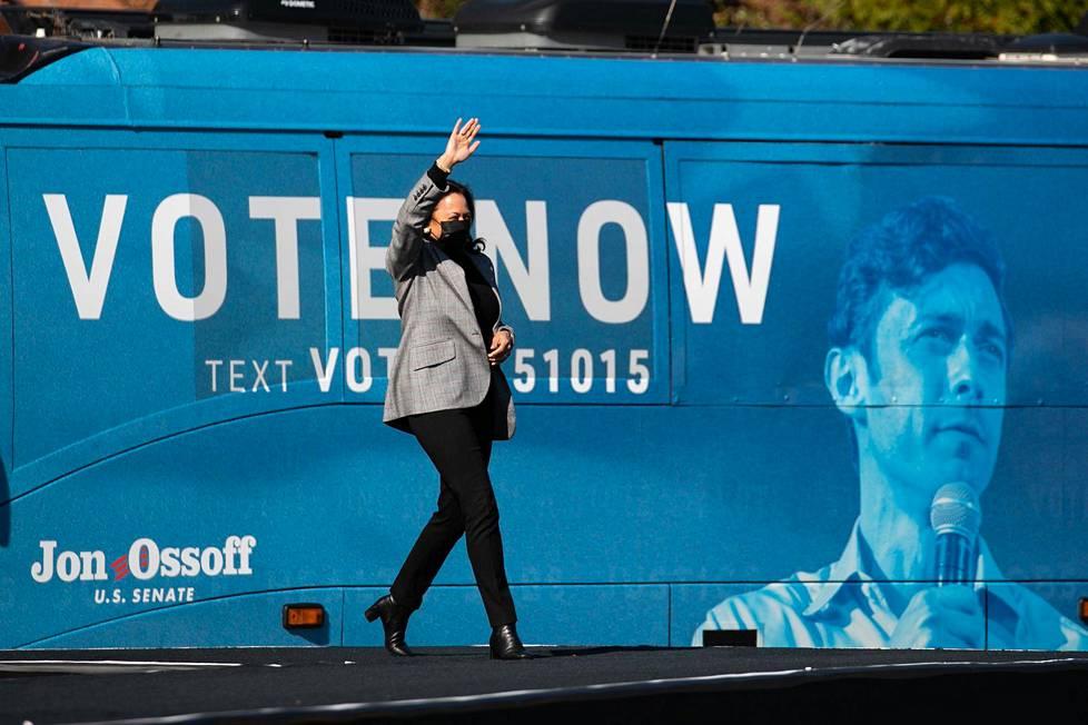 Kamala Harris vieraili demokraattiehdokkaiden drive-in-kampanjatilaisuudessa Columbuksessa 21. joulukuuta.