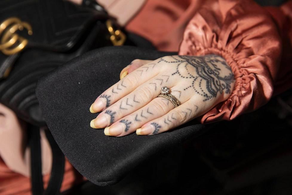 Jasminilla on vasemmassa nimettömässään kaksi sormusta.