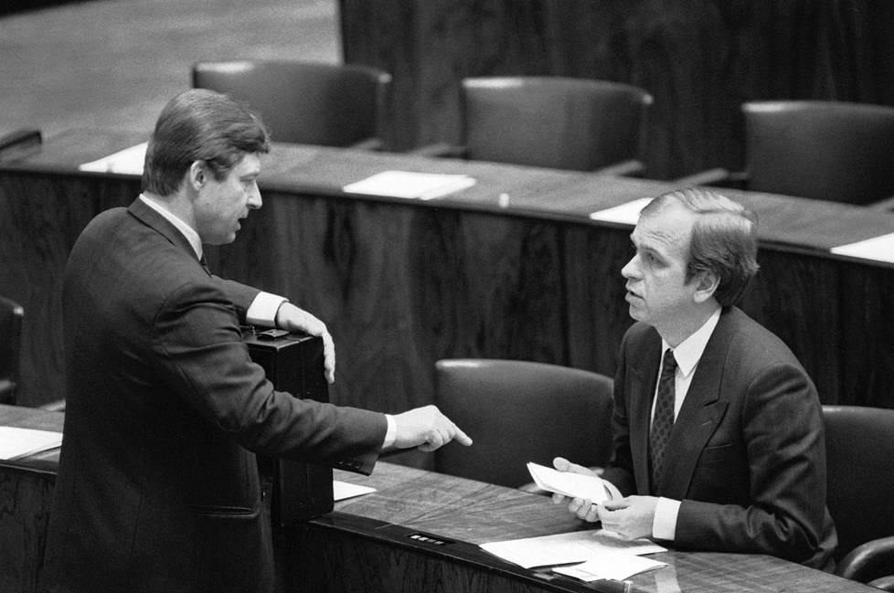 Konkarit eduskunnassa 1988. Salolainen ja silloinen valtiovarainministeri Erkki Liikkanen (sd) neuvonpidossa.