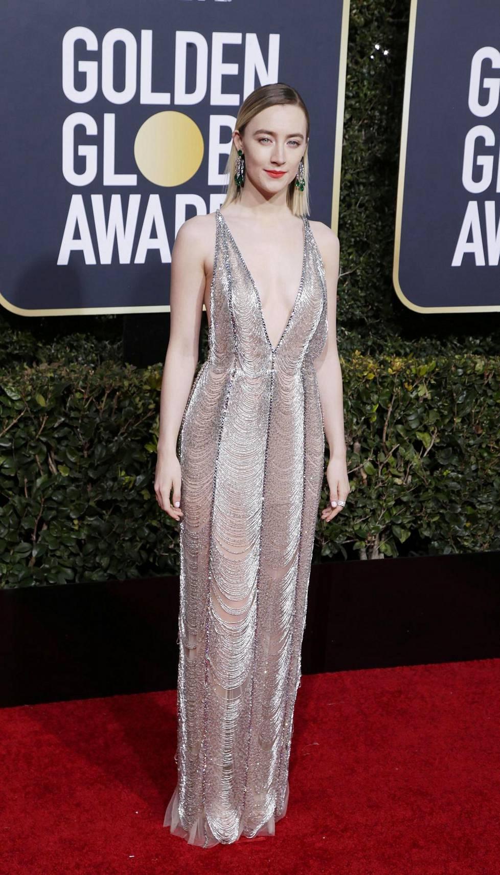 Saoirse Ronanin näyttävässä luomuksessa oli syvään uurrettu kaula-aukko.