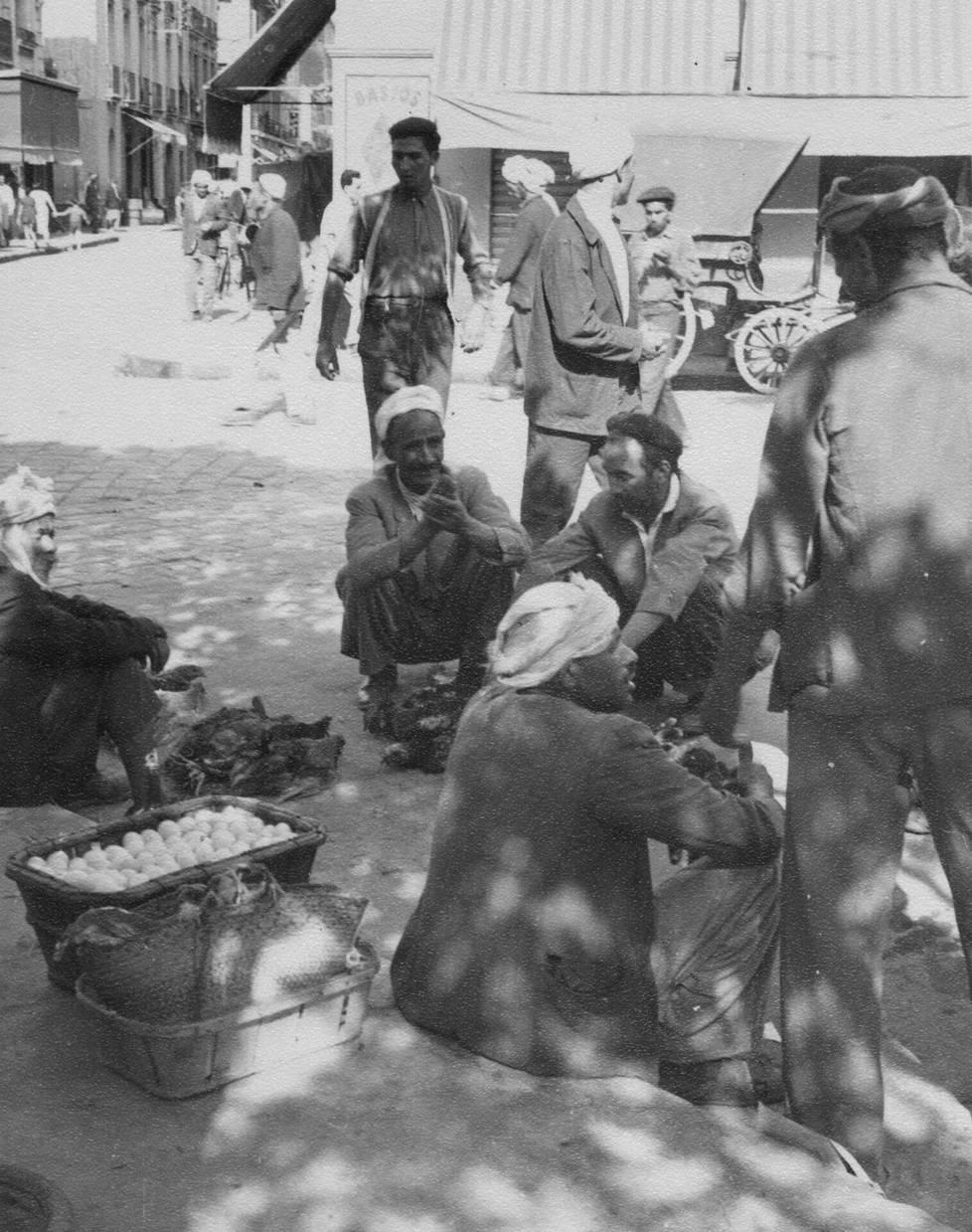 Matkalta hankitut jättiliskot ruokittiin linnunmunilla, joita oli tarjolla kaikkialla. Kuvassa algerialaisia munakauppiaita.