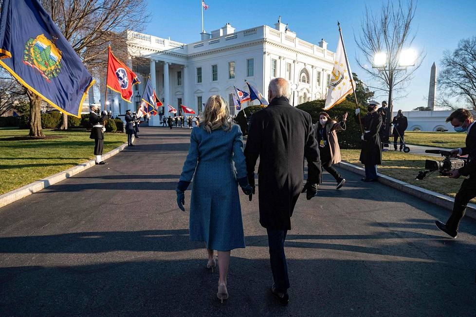 Bidenit otettiin juhlavasti vastaan Valkoiseen taloon.