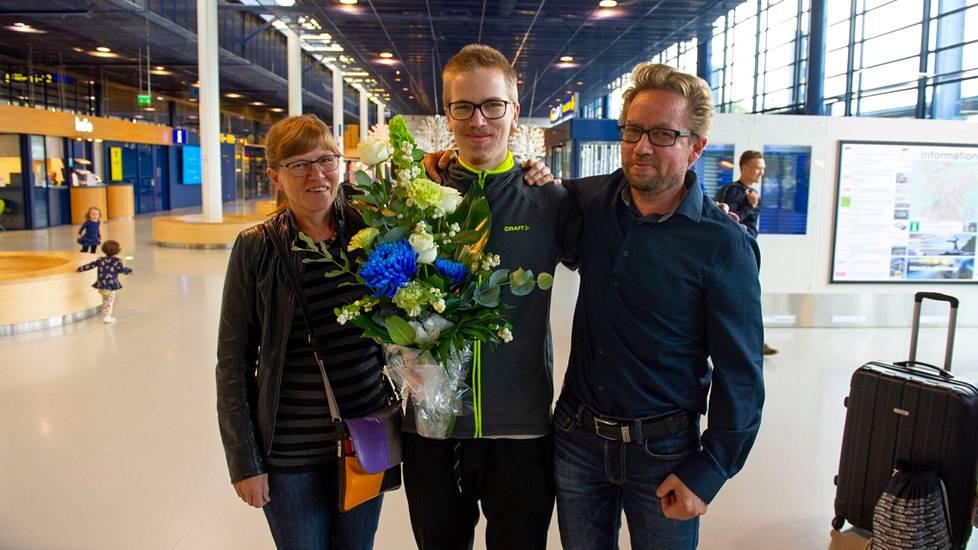 Taavitsainen vanhempiensa kanssa lentokentällä ensimmäisen maailmanmestaruuden jälkeen vuonna 2018.