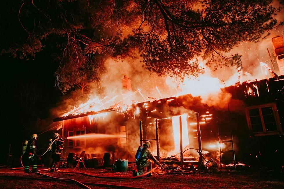 Milla kuvasi, kun hänen ja miehensä unelmien talo paloi savuna ilmaan.