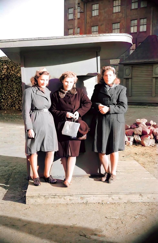 Naiset poseeraavat kaupungilla pula-aikana. Kuva vuodelta 1948.