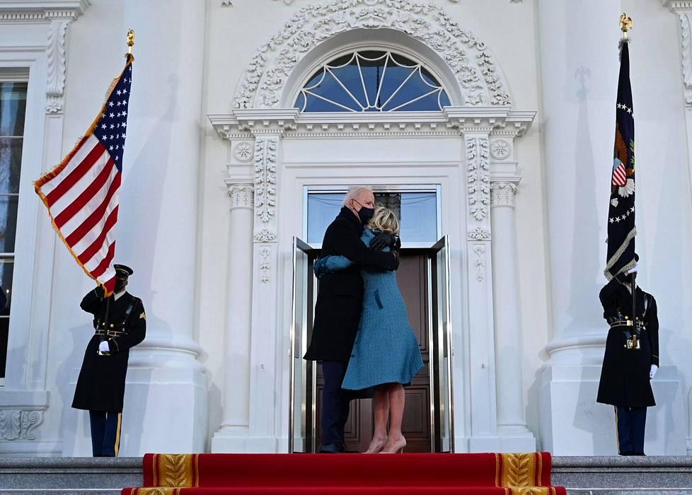 Bidenit saapumassa Valkoiseen taloon.