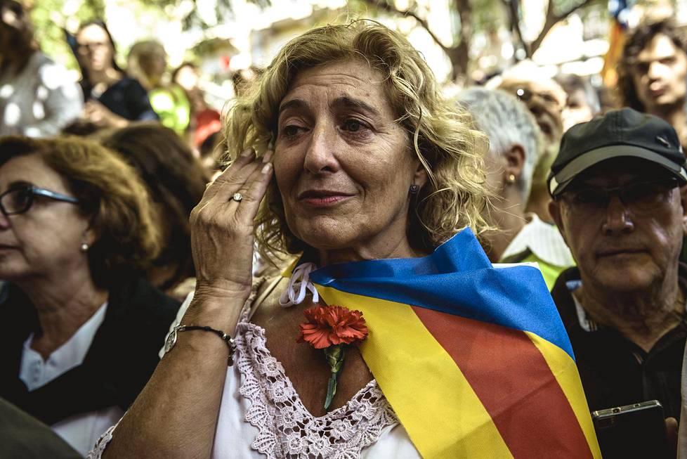Katalonialainen itsenäisyyttä kannattava nainen herkistyi kyyneliin kuullessaan, että katalonialaisia virkamiehiä oli pidätetty ja toimistoja tutkittu.