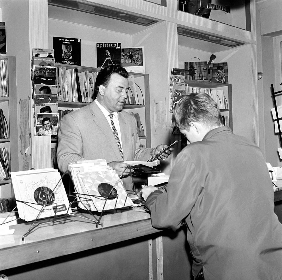 Laulajatähti palvelee asiakasta musiikkiliikkeessään Mannerheimintiellä 1958. Virralla oli kolme levyliikettä.
