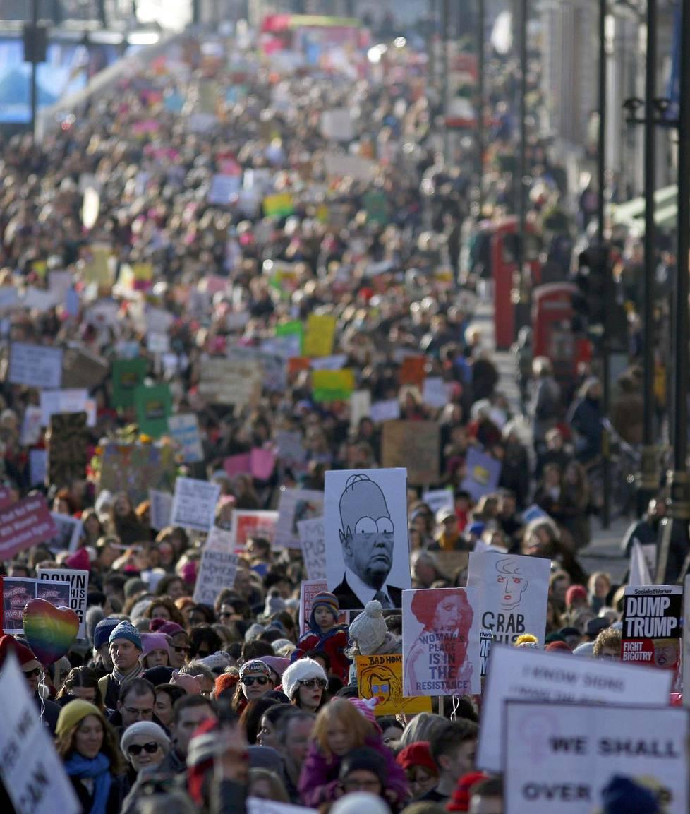 Lontoossa mielenosoittajat kulkivat Yhdysvaltain-suurlähetystöltä Trafalgar Squarelle.