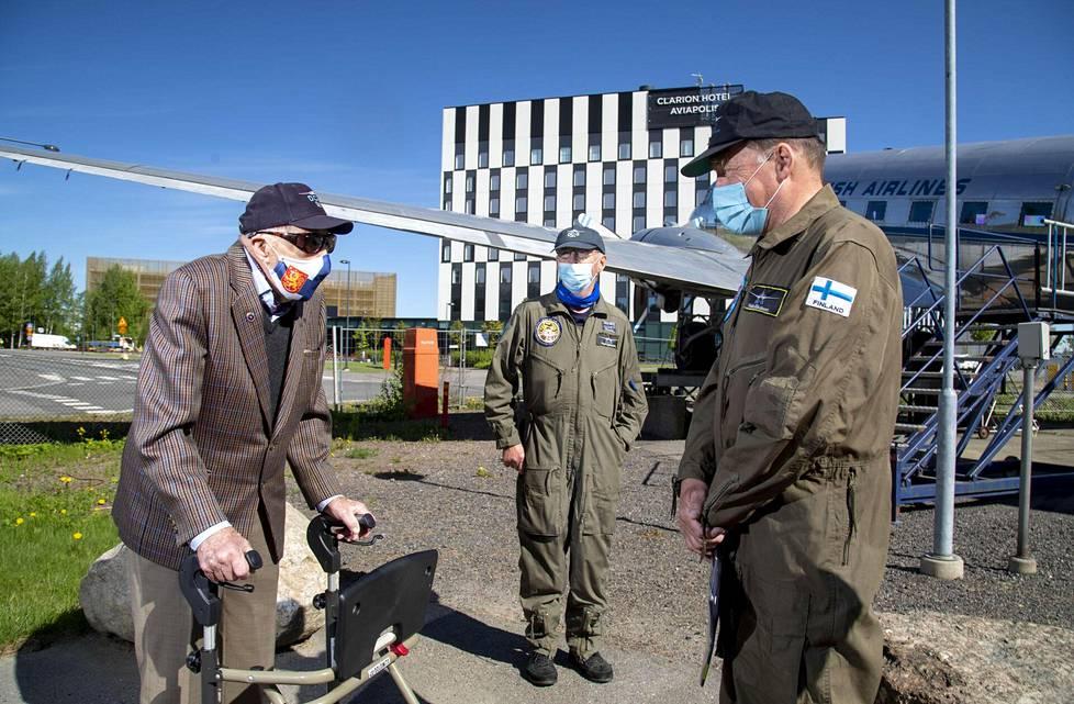 """Mauri Maunula (vas) ja tutut DC-3- mekaanikot Pauli """"Speedy"""" Fallström ja Veli-Matti """"Vellu"""" Illikainen. Kun DC-3:n käynnistys ei järjestynyt, vaihdettiin katse Airbusin suuntaan."""