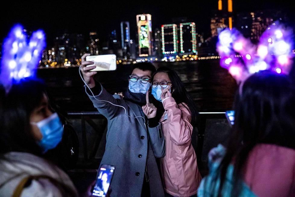 Hongkongissakin ilotulitus oli peruttu, mutta ihmiset olivat silti juhlatuulella.
