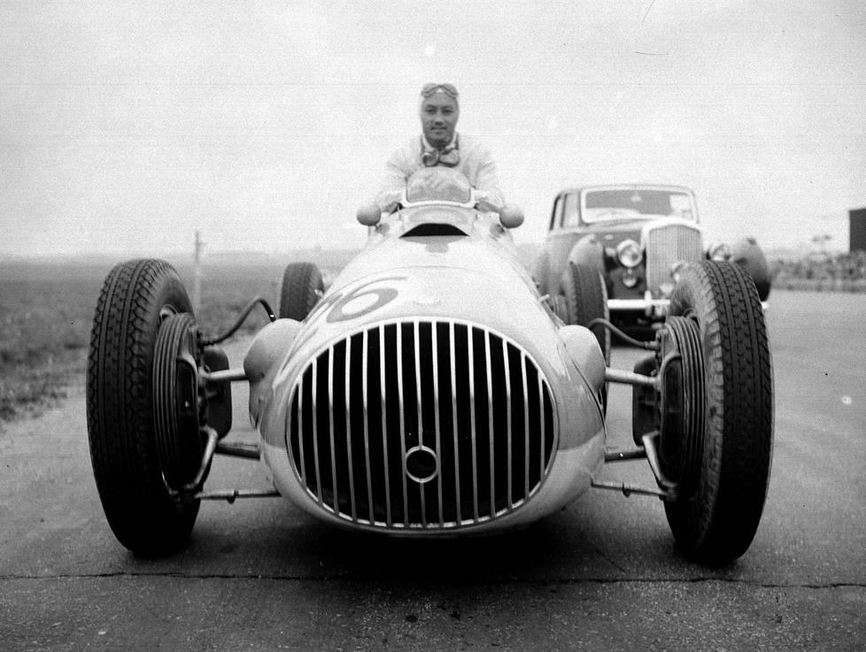 Prinssi Bira Oscan ratissa. Osca eli Officine Specializzate Costruzione Automobili oli italialainen kilpa-autojen valmistaja, jonka Maseratin veljekset perustivat 1947.