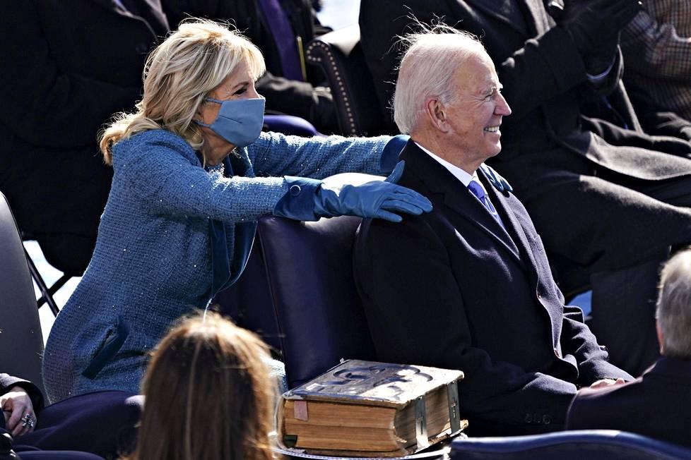 Ensimmäinen nainen Jill Biden hieroi miehensä hartioita.