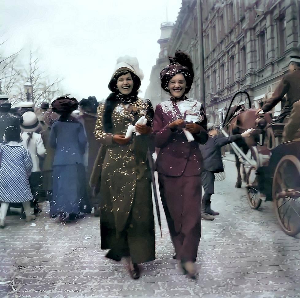 Iloiset naiset vapputunnelmissa Helsingin Esplanadilla 1920-luvulla.