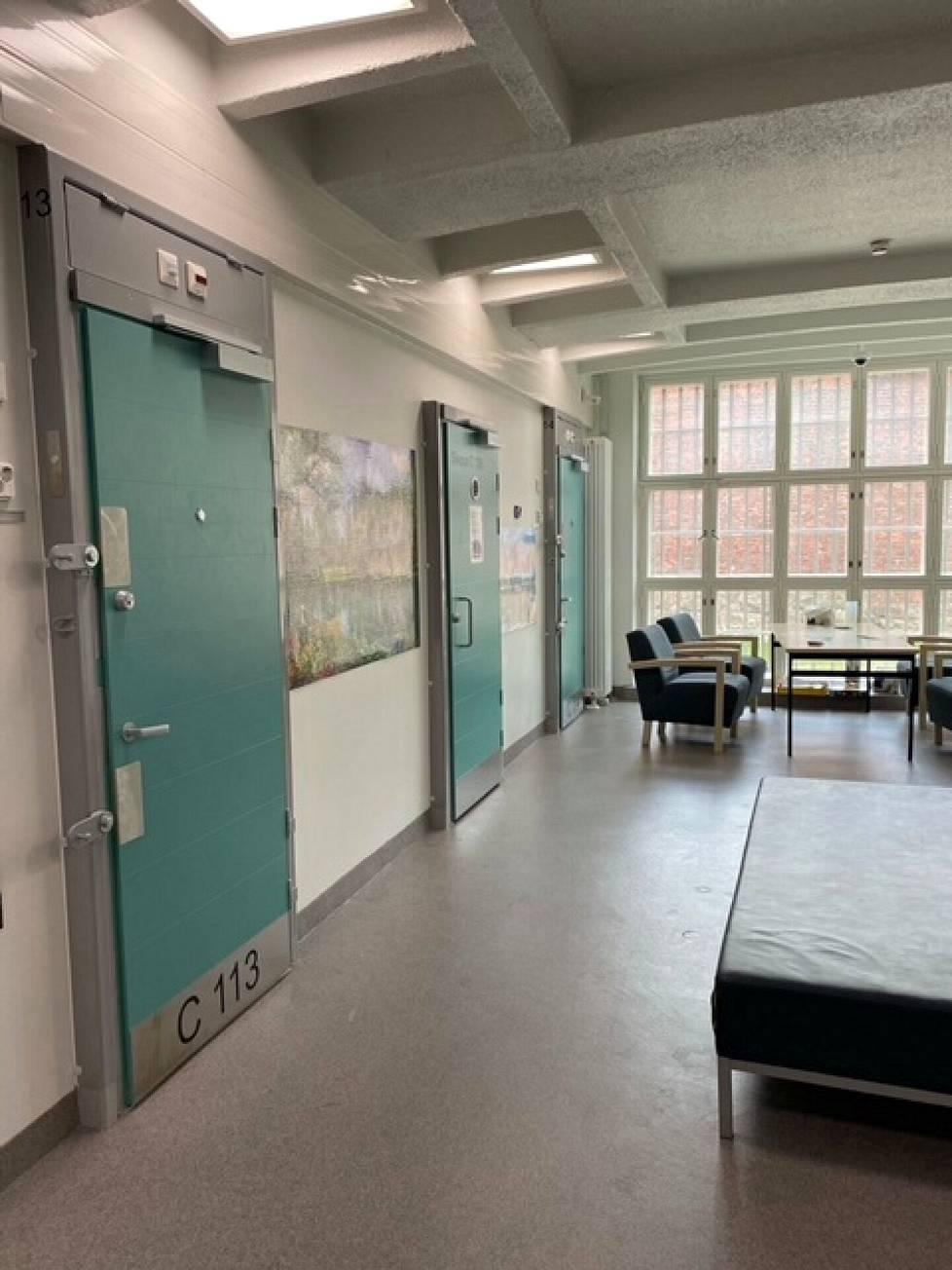 Helsingin vankilassa nuoriso-osaston käytävällä on vangeille yhteistä oleskelutilaa.
