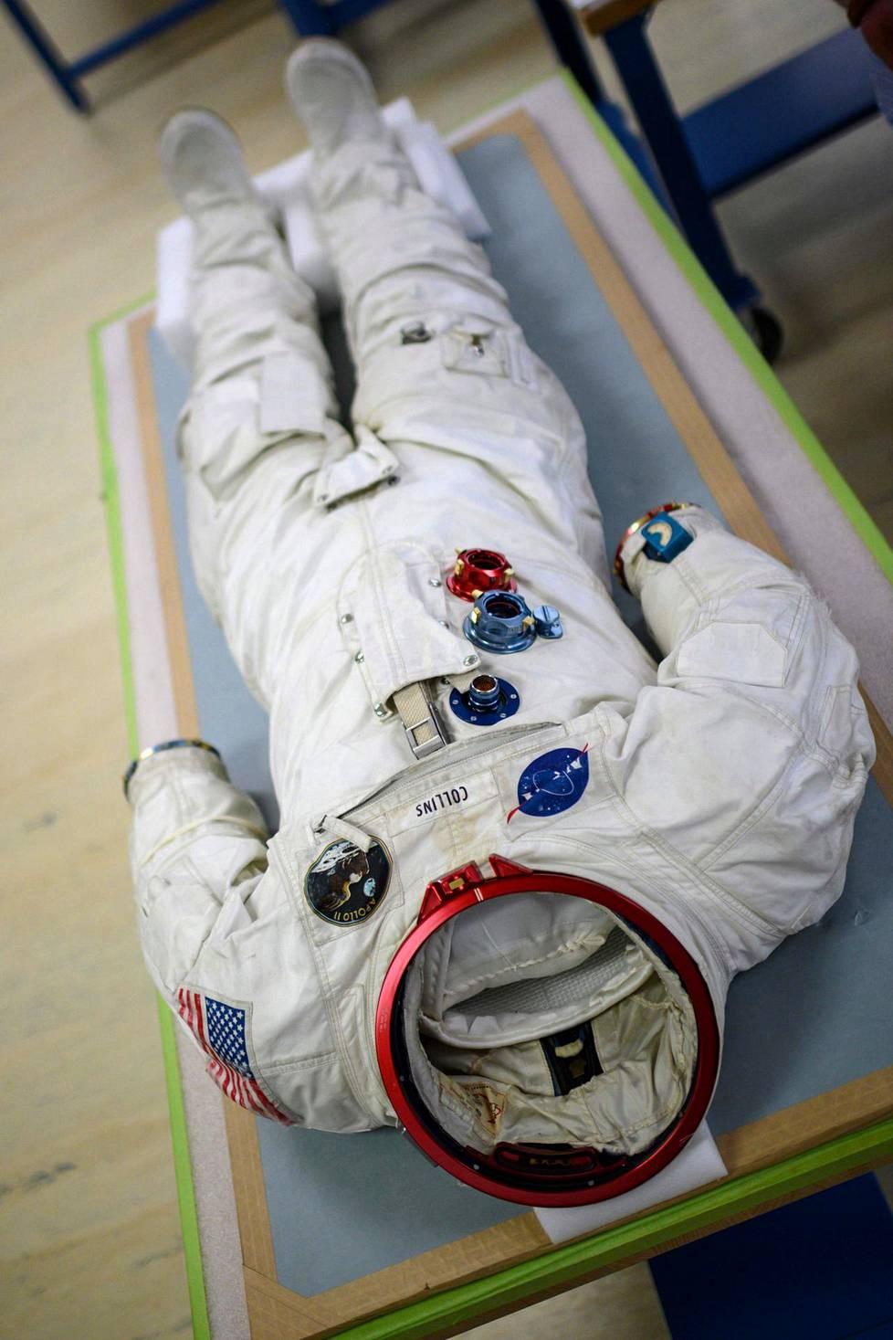 Astronautti Michael Collinsin alkuperäinen avaruuspuku vuodelta 1969.