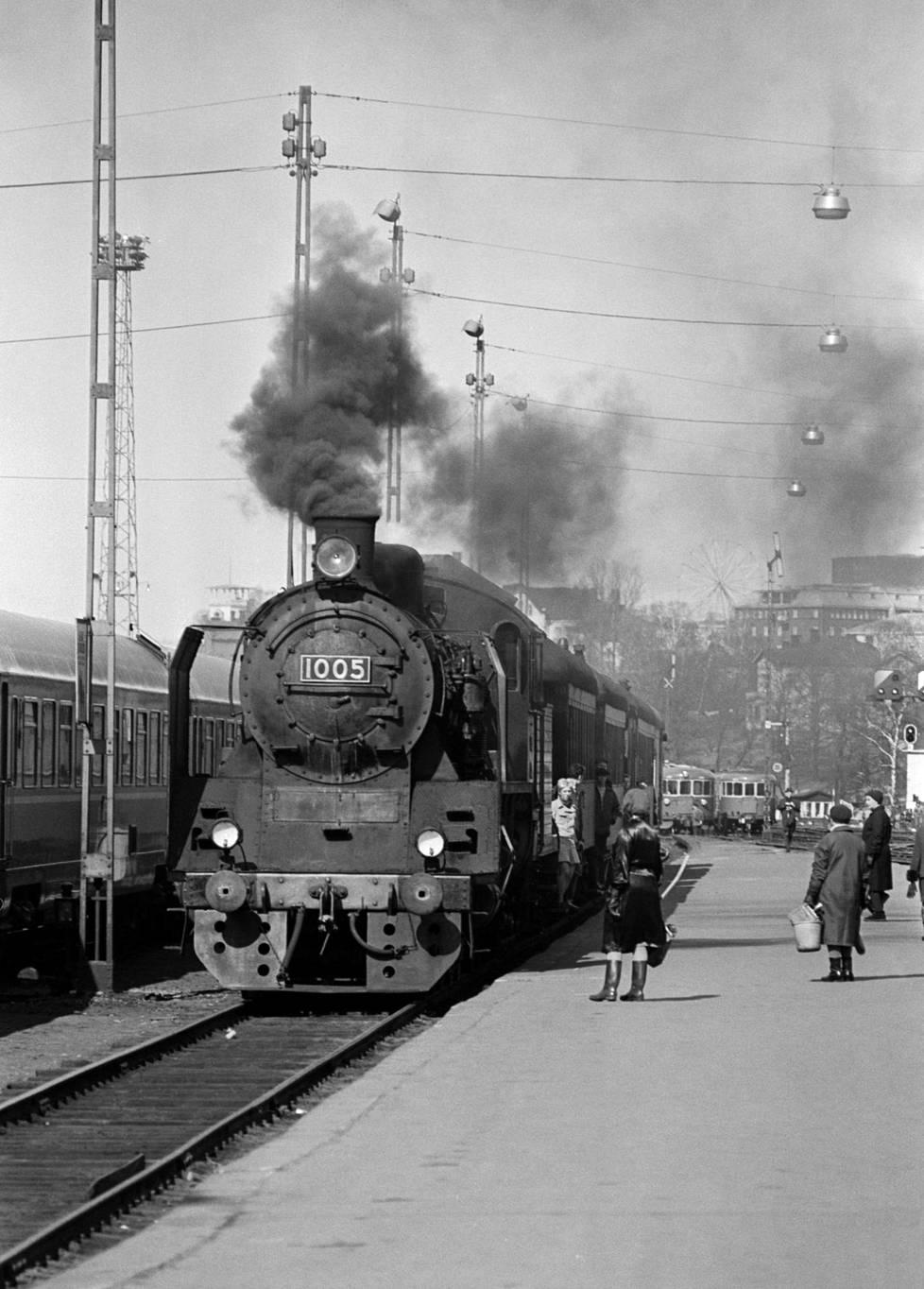 Raskasta pikajunaveturimallia Hr1:tä kutsuttiin tuttavallisemmin Ukko-Pekaksi. Malli oli aikanaan Valtion rautateiden voimakkain henkilöveturi. Kuvassa numeron 1005 Ukko-Pekka saapumassa Helsingin rautatieasemalle huhtikuussa 1968.