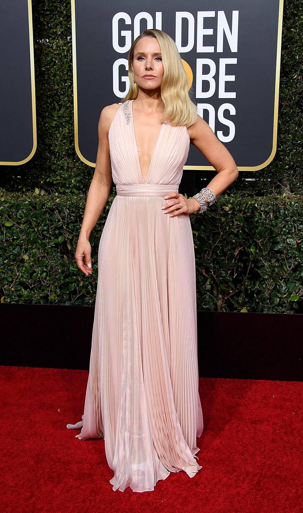 Kristin Bell ihastutti hempeän vaaleanpunaisessa. Bell oli ehdolla parhaaksi naisnäyttelijäksi musikaalissa tai komediassa tv-sarjasta The Good Place.