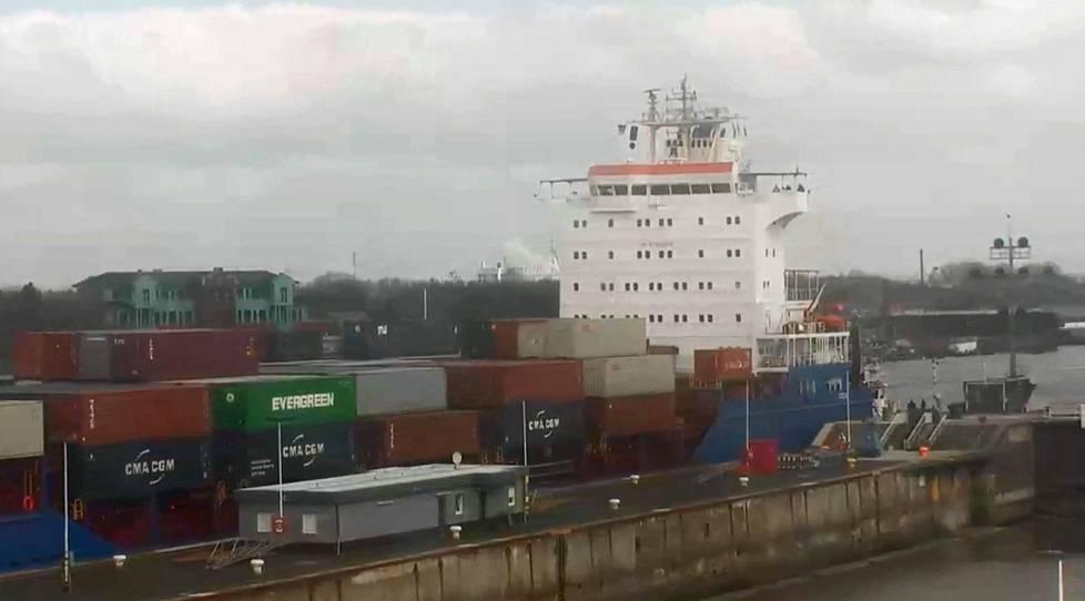 Konttilaiva Wybelsum ajoi Kielin kanavaan vajaat kolme vuorokautta Kotkasta lähtönsä jälkeen. Tuttu vihreä kontti näkyi web-kameran kuvassa.