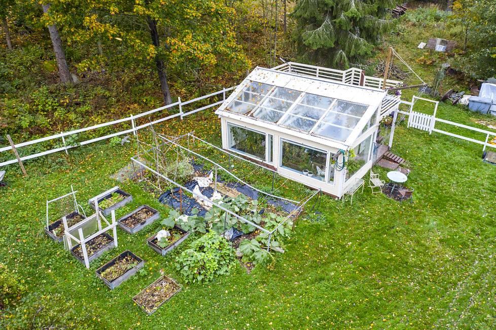 Pihalle on rakennettu kasvihuone. Tilaa riittää.
