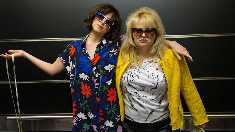 Hulvattomassa How to Be Single -komediassa Alice (vasemmalla, Dakota Johnson) muuttaa suurkaupunkiin viettämään sekopäistä sinkkuelämää. Bestis Robin (Rebel Wilson) opastaa hänet sinkkuuden saloihin.