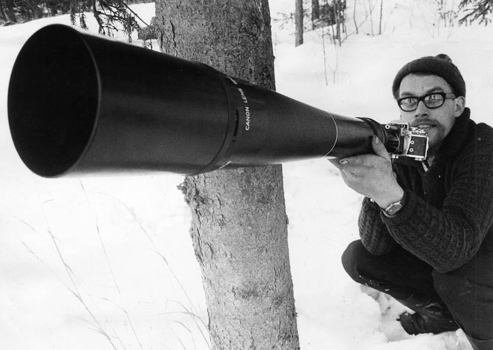 Tällä kevyen singon kokoisella 800 millimetrin kauko-objektiivilla Hannu Hautala onnistui vangitsemaan salaperäisen liito-oravan lennon, IS kertoi 1970.