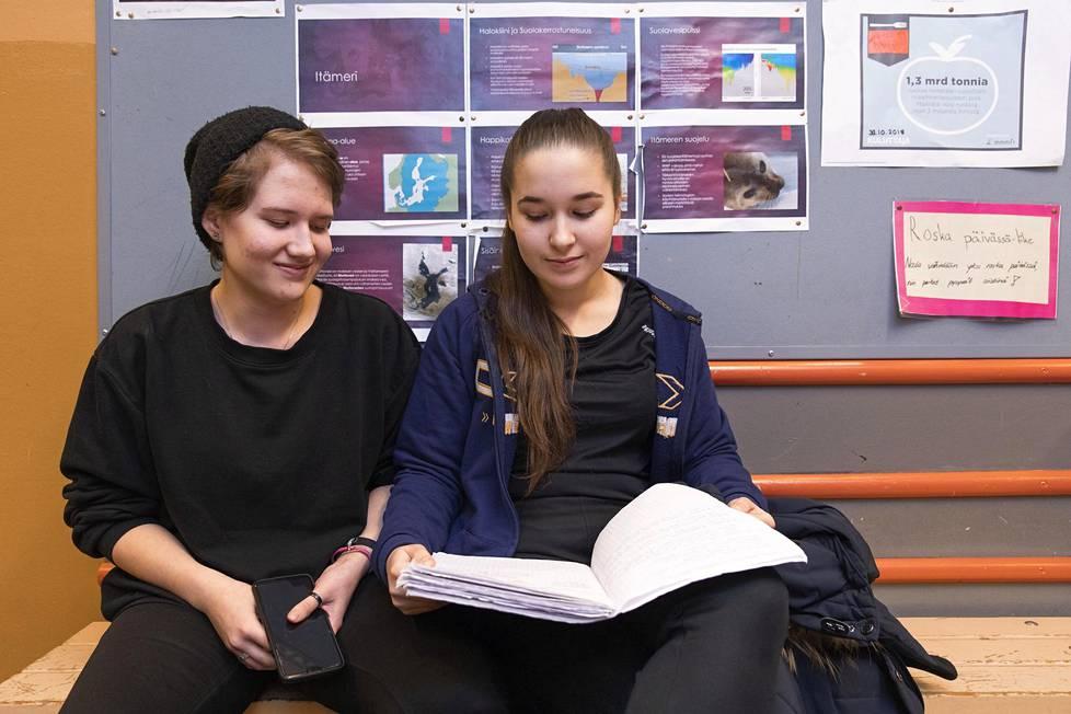 Marika Laine (vas.) ja Emilia Sibelius aikovat jatkaa opintietään lukiossa.
