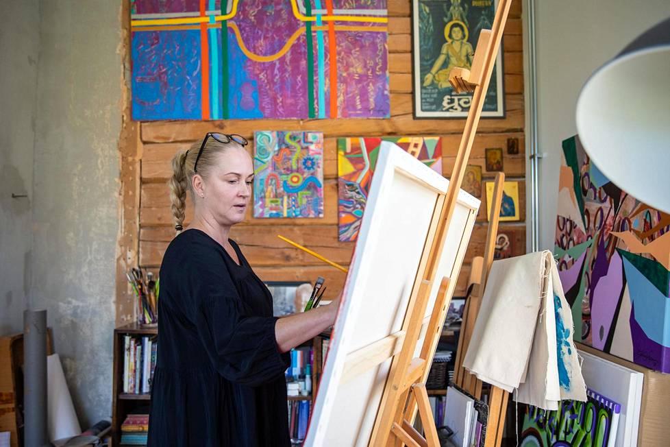 Loponen aikoo tarjota pappilasta työskentelytiloja taiteilijoille. Vintille mahtuisi katsomo ja pieni näyttämö.
