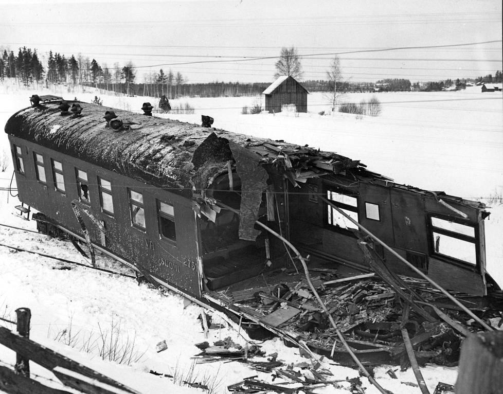 Ukko-Pekan vetämä makuuvaunu oli lohduton näky. Se kiilautui törmäyksessä osittain veturin alle ja puolet siitä tuhoutui täysin.