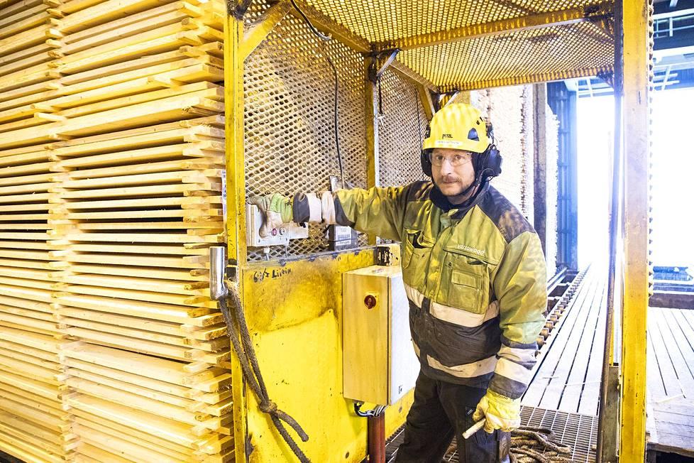Sahatyömies Peter Riittinen siirtää kuivauseriä etuvarastoon odottamaan kuivuriin pääsyä.