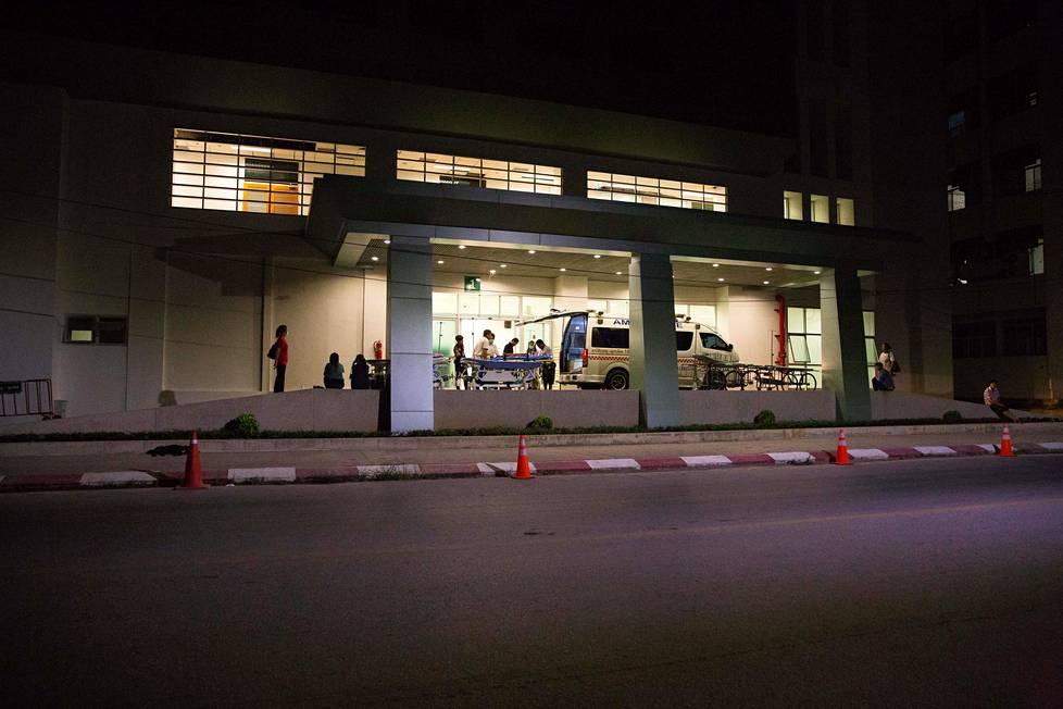 Heinäkuun 8. päivän vastaisena yönä Chiang Rain sairaalan edusta oli jo tyhjennetty autoista. Operaatio käynnistyi seuraavana aamuna, ja ensimmäiset pojat olivat sairaalassa jo illalla.