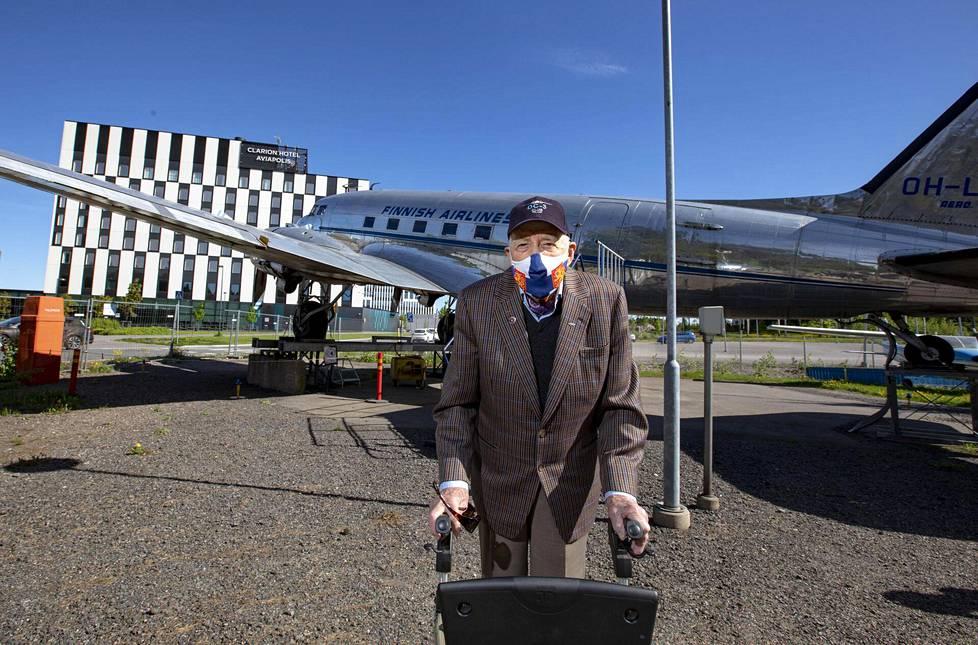 DC-3:n 2400 hevosvoiman päästäminen irti Ilmailumuseon pihassa ei onnistunut, mutta tutun koneen näkeminen ilahduttaa aina lentäjäveteraani Mauri Maunulan mieltä.