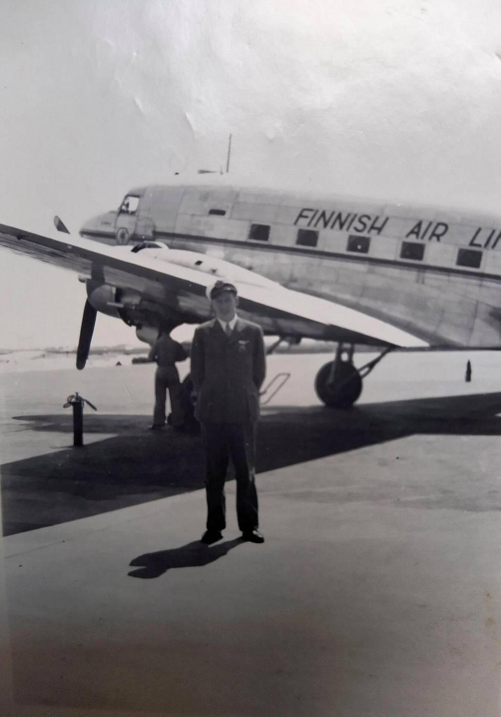 Mauri Maunula lentoperämiehenä Kastrupin kentällä Kööpenhaminassa kesällä 1948. Viimeinen vuosi, jolloin Finnairin lentäjien koppalakkeihin laitettiin kesäksi valkoinen irtopäällinen.