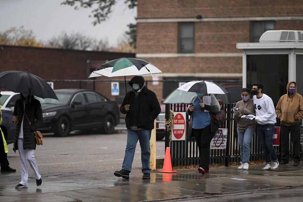 Ihmiset jonottivat sateessa Clevelandin alueen ainoalle ennakkoäänestyspaikalle.