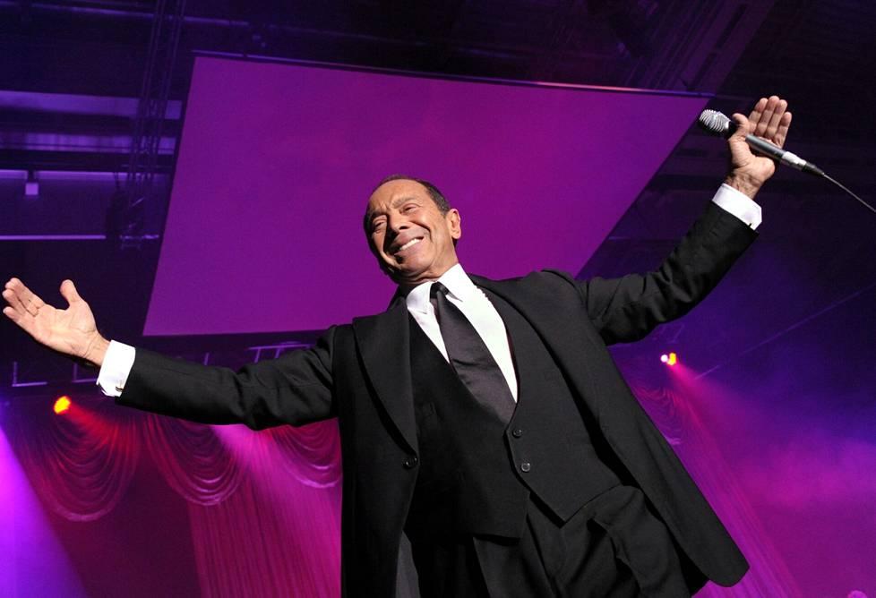 Vuosikymmeniä esiintynyt Paul Anka on lavalla kuin kotonaan.