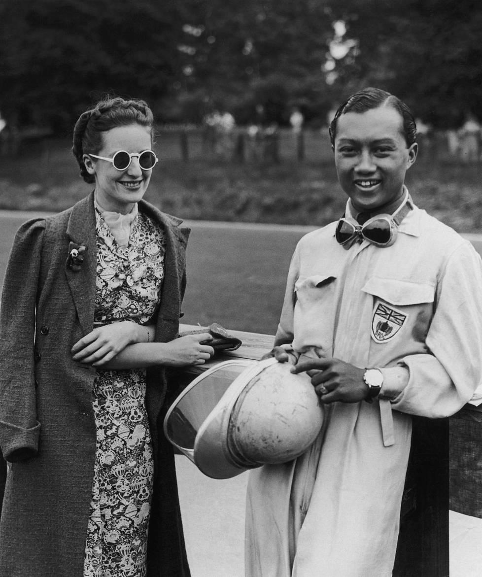 Prince Bira (oik.) viihtyi kauniiden ja vauhdikkaiden naisten seurassa. Ceril Heycockin kanssa hän meni naimisiin 1938. Kuva vuodelta 1937.