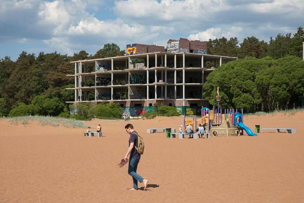Tämän rannalla sijaitsevan rakennuksen työt ovat jääneet hieman kesken.