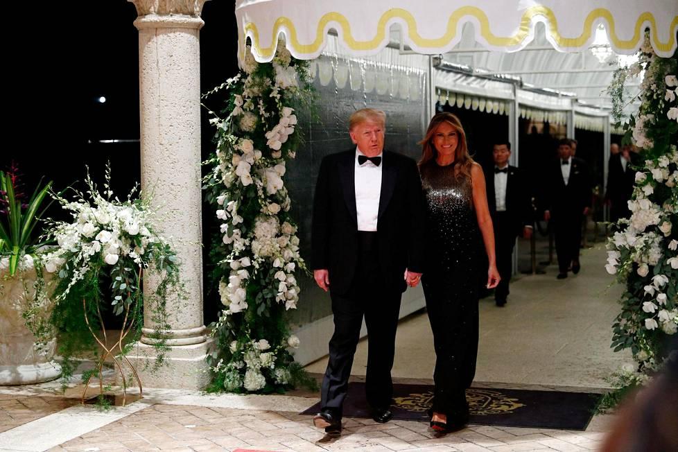 Myös Melania Trumpin uskotaan asettuvan Mar-a-Lagoon pysyvästi puolisonsa kanssa. Kuvassa pari juhlistamassa uuttavuotta kartanossa joulukuussa 2019.