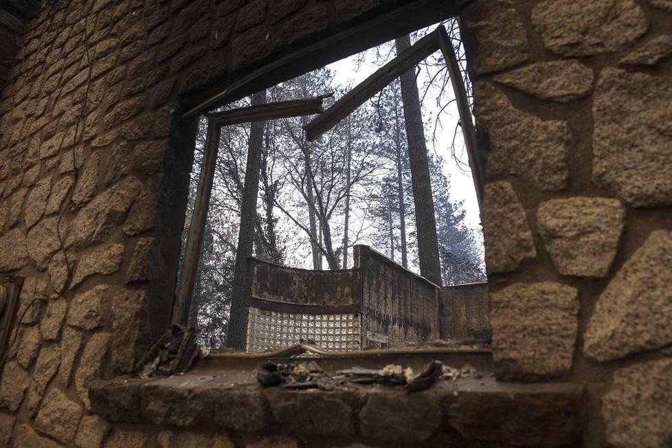 Palanut koti Paradisessä. Alueella riehunut Camp Fire kasvoi sunnuntaina lähes 45 000 hehtaarin laajuiseksi.