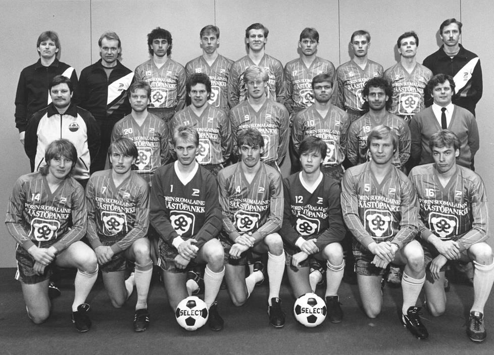 Jorma Heinonen (ylärivissä kolmas vasemmalta) PPT:n joukkuekuvassa 1985.