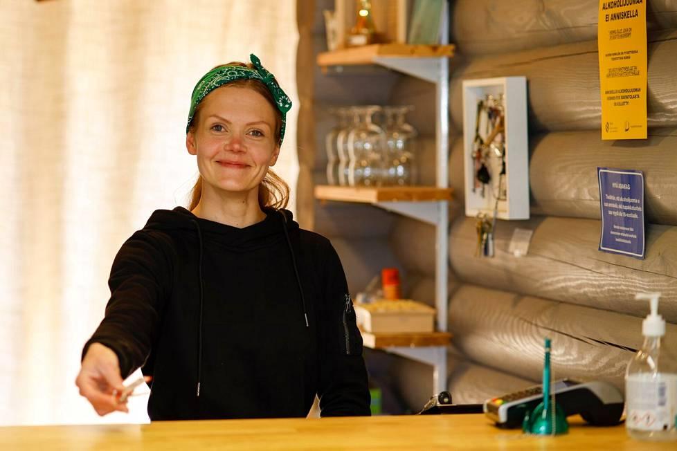 Henna-Maaria Norring luotsaa Karavaanialue Ison Miehen toimintaa.