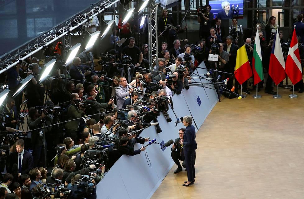 Meriselitys.  Britannian pääministeri Theresa May puhui toimittajille EU-huippukokouksessa Brysselissä.