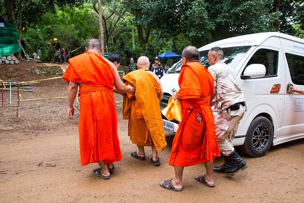 Alueella näkyi usein myös buddhalaismunkkeja. Iäkästä munkkia avustettiin, kun hän oli menossa luolan suuaukolle suorittamaan uskonnollista seremoniaa pelastustöiden edistämiseksi.