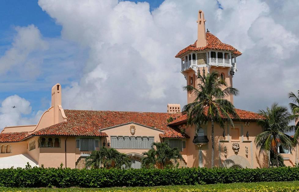Trumpin omistamassa kartanossa katseen vangitsee 23-metrinen torni, joka luo sille linnamaisen ulkonäön.