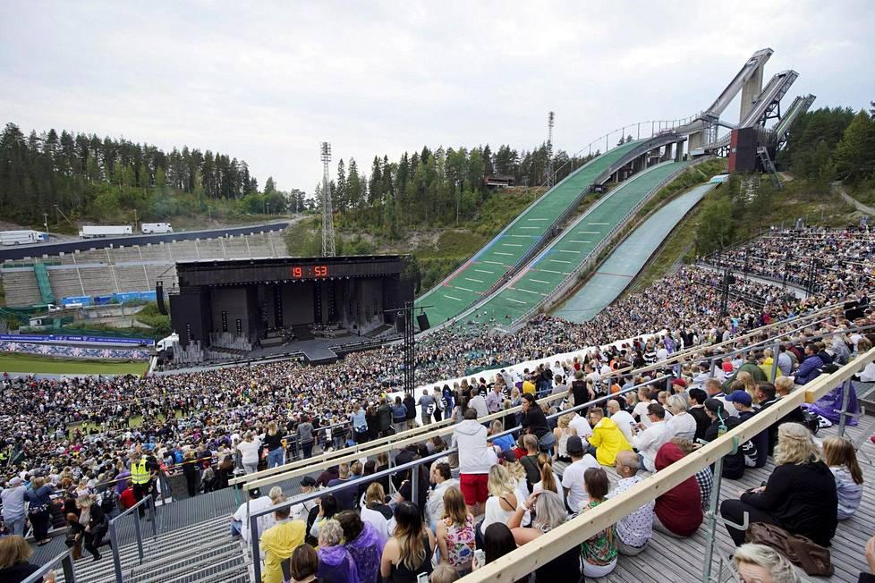 Yleisö odotteli Valot sammuu -konsertin alkamista rauhallisesti hyvissä ajoin.