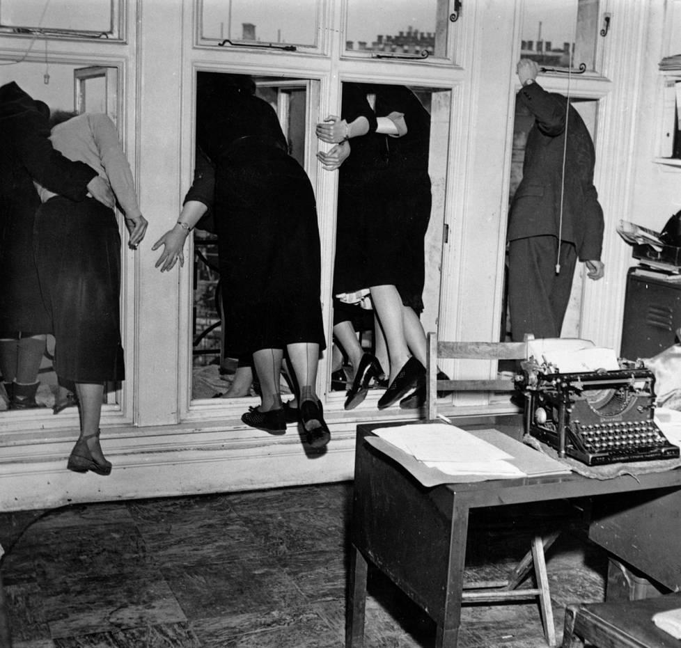 Monarkin kuolema pysäyttää valtakunnan. Näin seurattiin Yrjö VI:n hautajaisia lontoolaisessa toimistossa.