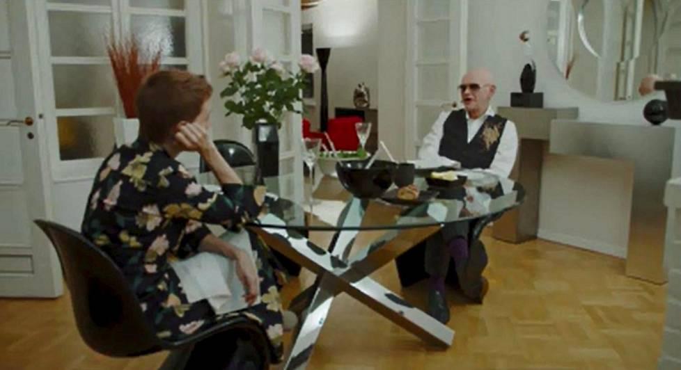 Maria Veitola on silmin nähden hämillään Jorma Uotisen kodista.
