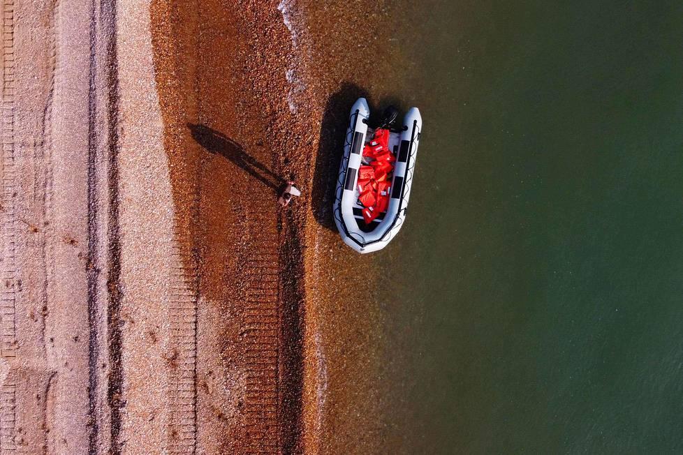 Valkoiset kalliot. Englannin kanaalin ylittäneiden siirtolaisten ja turvapaikanhakijoiden kumivene näkyi ilmakuvassa rannalla Doverissa. Elokuussa arviolta 1500 ihmisen onnistui päästä omin neuvoin Ranskasta Britanniaan.
