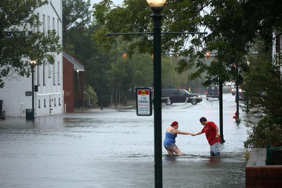 Austin Gremmel auttaa ystäväänsä Shianne Colemania New Bernissä, Pohjois-Carolinassa.
