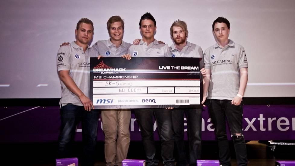 SK Gaming DreamHack Summerin voittosekki kädessään vuonna 2011. Alesund oikeassa laidassa, pitkäaikainen joukkuetoveri Lindberg toinen vasemmalta.
